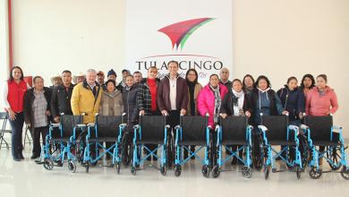 Photo of Alcalde  Fernando Pérez y Presidenta DIF Tulancingo entregan 16 sillas de ruedas