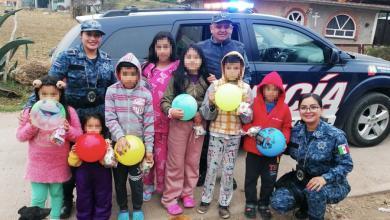 Photo of Policía Estatal entrega juguetes  y ropa a niños escasos recursos