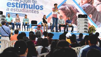 Photo of Entrega alcalde más de 500 mil pesos en becas.