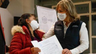 Photo of Alcaldesa de Pachuca entrega escrituras a familias del fraccionamiento Renacimiento