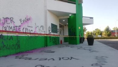 Photo of Mujeres encapuchadas realizan pintas en Palacio municipal de Tula